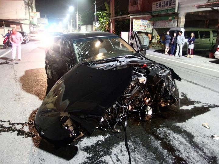 38歲張男駕駛的黑色BMW撞到燈桿後打滑三圈撞到民宅前的兩輛車才停止。記者蔣繼平/翻攝