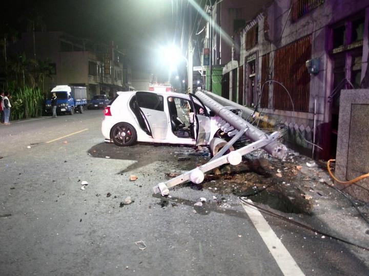 25歲張男駕駛白色福斯撞到電線桿,電桿斷成三截壓在車上,駕駛受困後被救出送醫。記者蔣繼平/翻攝