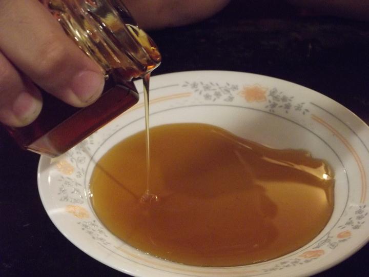 金桔果蜜是用整顆黃金熟成的金桔果皮和果肉,加上麥芽糖熬煮的濃縮汁。記者謝恩得/攝影