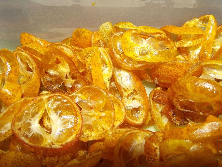 新推出的金桔果片很搶手。記者謝恩得/攝影