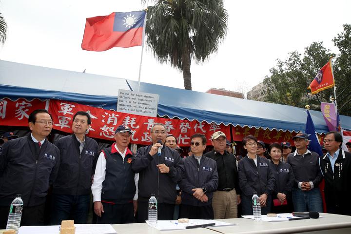 國民黨團總召廖國棟(左四)上午與國民黨立委至立法院正門聲援八百壯士,代表黨團簽下支持連署書。記者余承翰/攝影