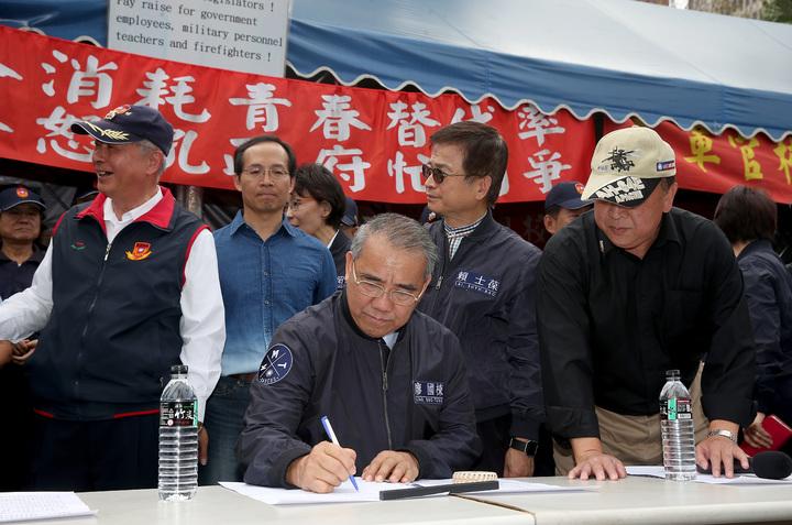 國民黨團總召廖國棟(左三)上午與國民黨立委至立法院正門聲援八百壯士,代表黨團簽下支持連署書。記者余承翰/攝影