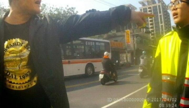 吳男爆走嗆警三字經,最終遭到壓制逮捕。記者江孟謙/翻攝