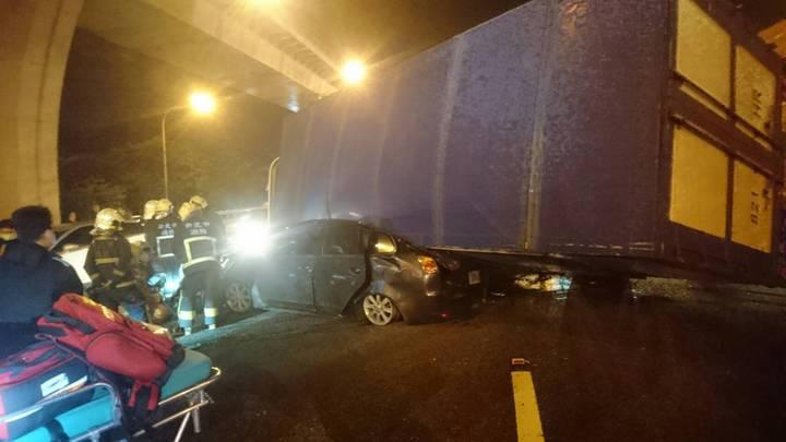 載運花卉的貨車被撞後側翻,壓扁撞上它的小轎車。 記者林昭彰/翻攝