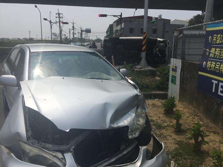 另1輛小客車車頭受損。記者黃煌權/攝影