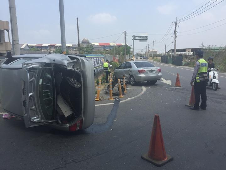 嘉義縣朴子市嘉161線與台82線平面道路路口,上午發生小客車撞擊車禍,其中1輛側翻在路面。記者黃煌權/攝影