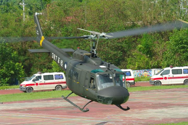 2009年莫拉克風災期間,在高雄縣旗山國中起降救災的陸航UH-1H直升機。記者程嘉文/攝影