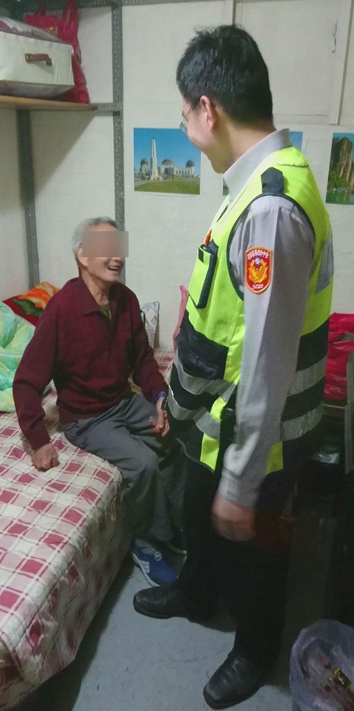 台中市第五警分局北屯所副所長陳亦豐搬著木椅,陪聽障、獨居的林姓老翁找到返回老人院的路。記者陳宏睿/翻攝