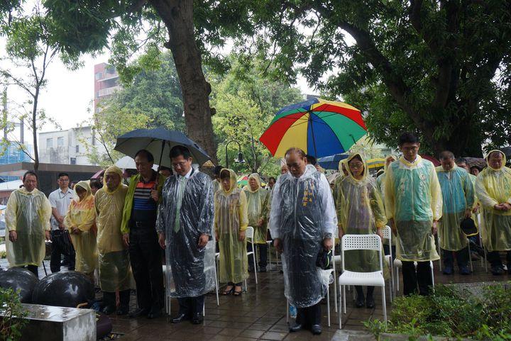 台中市紀念言論自由日,今早風雨中台中文學館追思鄭南榕自焚,也舉辦音樂會紀念。記者洪敬浤/攝影