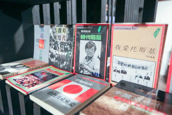 台中文學館的「禁書暢讀300本」展覽,展出與鄭南榕有關著作。記者黃仲裕/攝影