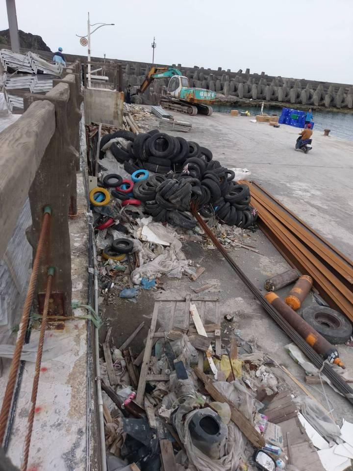 蘭嶼開元港被堆置不少大型垃圾與廢棄建材。照片/黃天德提供
