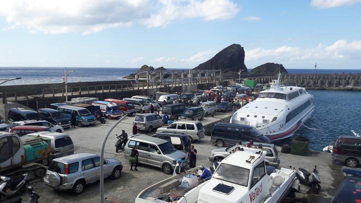 蘭嶼開元港每逢觀光旺季,客、貨輪一到,人潮、車潮就亂成一團。記者李蕙君/攝影