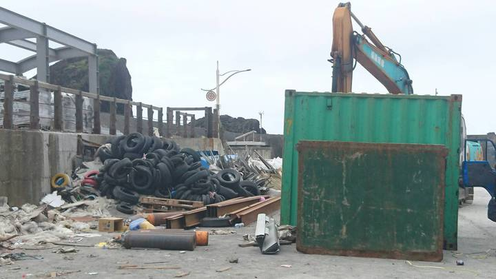 蘭嶼開元港被堆置不少大型垃圾與廢棄建材,連船運公司的貨櫃也會「暫置」幾天,造成環境困擾。照片/讀者提供