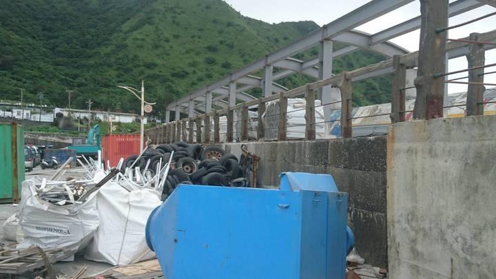 蘭嶼開元港被堆置不少大型垃圾與廢棄建材,連廢輪胎也不少。照片/讀者提供