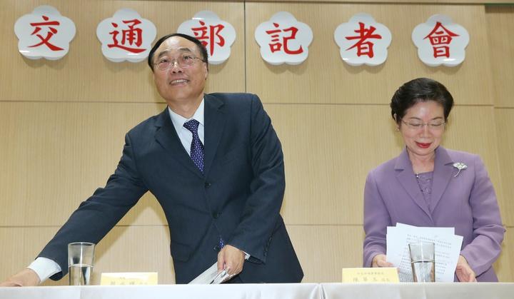 觀光局長周永暉(左)、外交部領事事務局局長陳華玉(右)下午舉行記者會,宣布新南向簽證放寬措施。記者陳正興/攝影