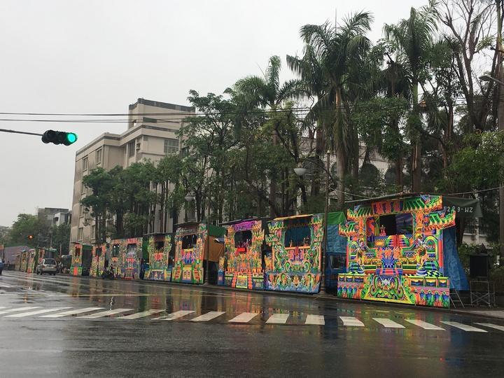 台南市新化區「仙姑娘媽廟」酬神戲台排滿馬路。記者吳淑玲/攝影