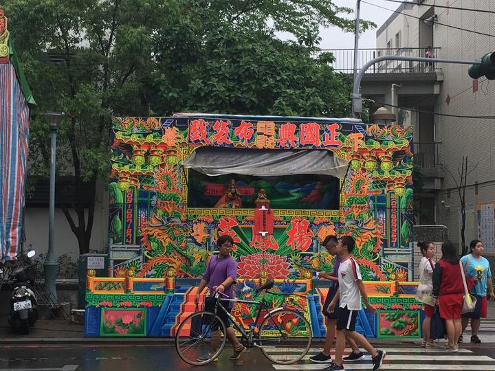 台南市新化區「仙姑娘媽廟」每年神明生日,下午開始酬神戲台演出,因「拚台」太熱鬧,鄰近學校會提前一小時放學。記者吳淑玲/攝影