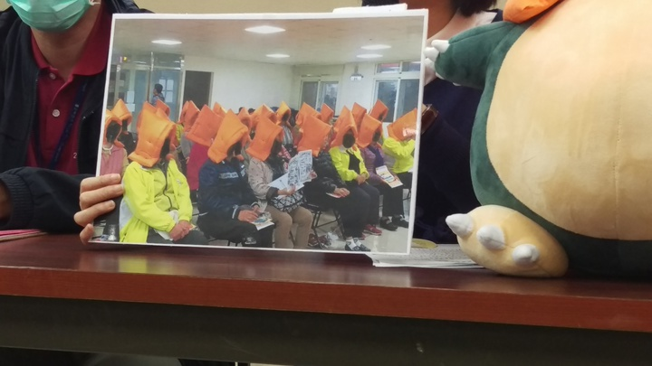 台北市各區公所花40萬元採購地震防災頭套,在里鄰工作會報中進行宣導,現場卻無專人教鄰長如何使用,有人將頭套反戴,台北市議員王鴻薇批市府浪費,拍完照就了事,留下看起來像詭異儀式的照片。記者楊正海/攝影