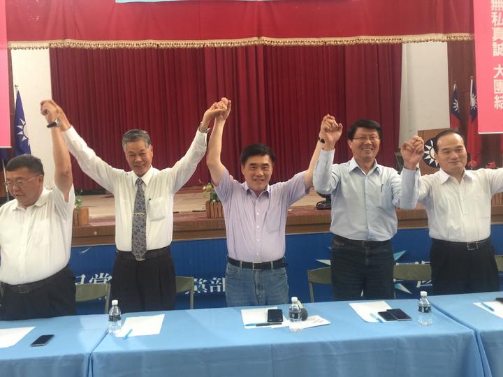 參選國民黨主席的郝龍斌(右三)到新營黨部與黨員座談。記者吳政修/攝影