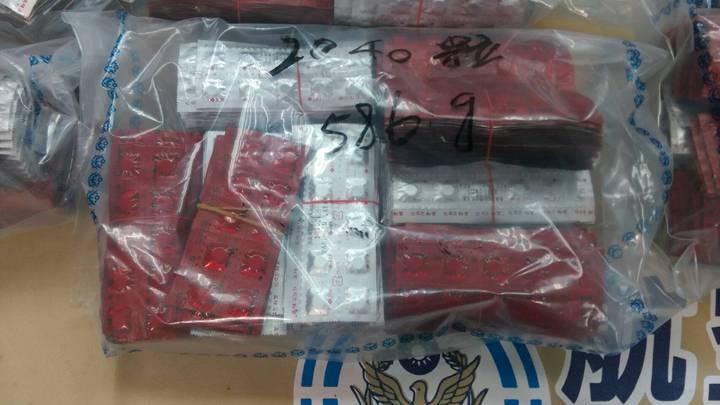 航警局與台北關上週在桃園機場航郵中心查獲八個茶葉罐夾藏「一粒眠」。圖/航警局提供