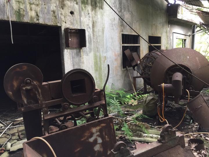 屋內仍保有不少老製茶機具,能感受到製茶人當年歷史的足跡。記者郭政芬/攝影
