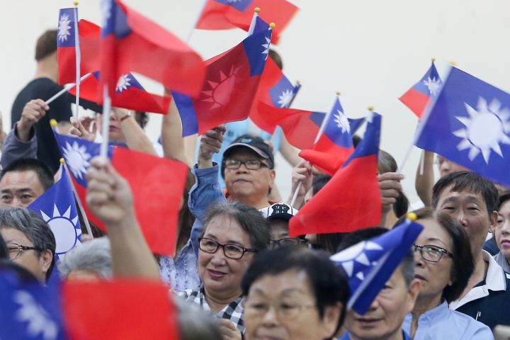 國民黨主席參選人郝龍斌在台中市,成立泛軍系的中興中部後援會,許多民眾到場揮舞國旗支持。記者黃仲裕/攝影