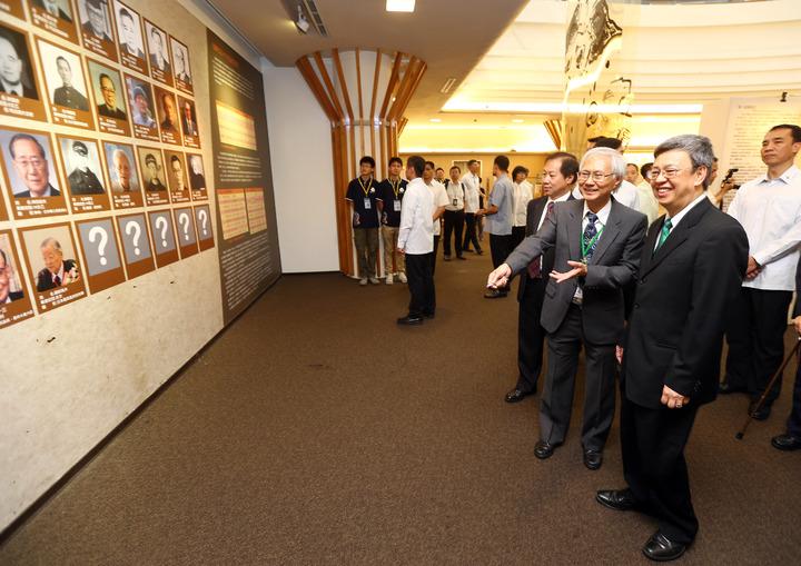 副總統陳建仁(右前)上午出席由台灣師範大學所主辦的「台北高等學校創校95 週年」慶祝活動,參觀「學養與自治精神的傳承紀念特展」時,在校方人員的解說下,看著展示牆上,也是傑出校友之一的父親照片。記者杜建重/攝影
