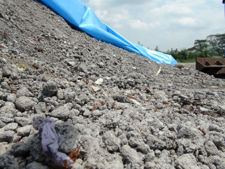 雲林縣以回運底渣換取代燒垃圾空間,至今已運回近5千公噸底渣,其中半數堆置在古坑鄉垃圾轉運站,鄉代會質疑可能汙染周遭環境,要求一個月內遷移,否則不排除強烈抗爭。記者陳雅玲/攝影