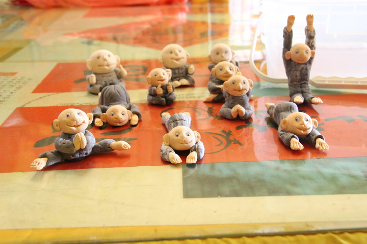 黃純儀的妻子愛做瑜珈,他捏了一系列瑜珈人偶作品。記者林敬家/攝影