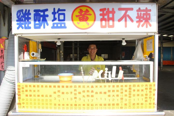 秀水鄉民黃純儀在雞排攤前放置10多年前自己手捏的食材模型。記者林敬家/攝影