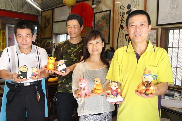 在市場賣雞排的黃純儀(右一)有上千件捏麵人作品。記者林敬家/攝影
