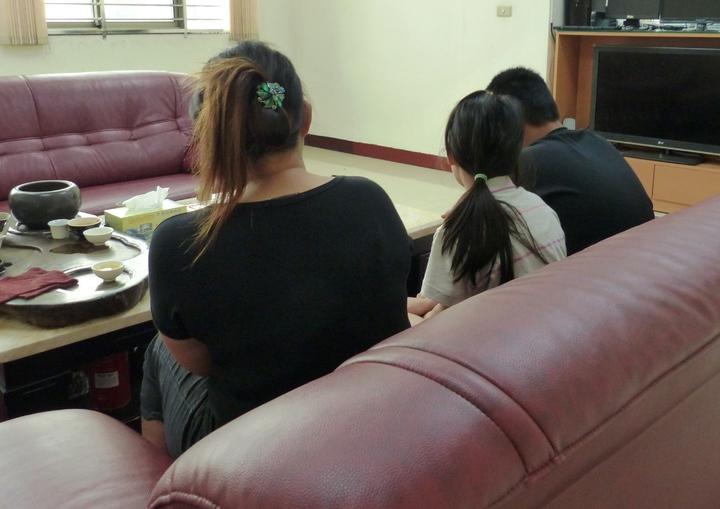 洪姓少年的母親今天中午帶著洪姓少年的弟弟、妹妹趕到田中警分局,洪母相當難過不斷拭淚。記者凌筠婷/攝影