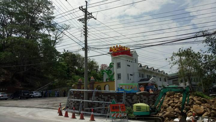 「中埔遊客中心」正門入口處遍布電線杆與混亂交錯電纜線,被譏「一點都不浪漫的電纜線」。記者卜敏正/攝影
