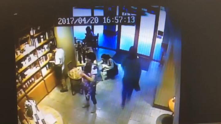 37歲洪姓女子昨天下午4點多到東區星巴克消費,她離席去洗手間時,一名男子直接將她放在座位下方的背包拿走。記者許家瑜/翻攝