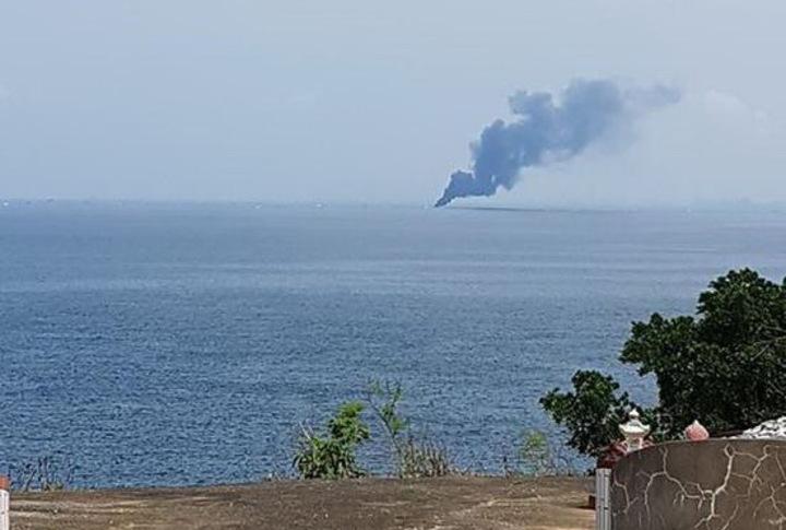 屏東東港籍「賜發福號」漁船在海上失火,小琉球居民拍下漁船起火冒黑煙的畫面。記者潘欣中/翻攝