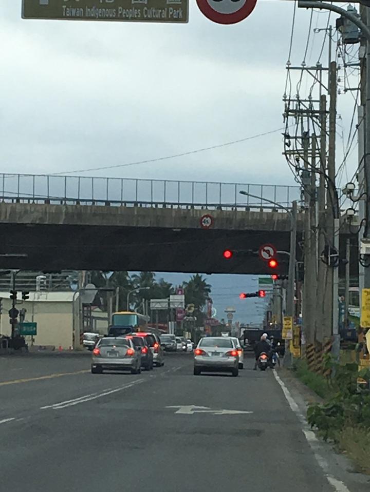 南二高台廿四線左轉號誌是綠燈,往長治鄉及屏東市也是直行車也是綠燈,容易誤判,發生事故,險象環生,要求相關單位改善。圖/林姓讀者提供