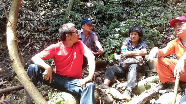 救難人員今天中午在一處陡峭的山溝,找到失蹤的李姓阿嬤(右二),對於她靠著一瓶礦泉水和糖果撐過大雨和夜間低溫,救難人員也覺得很幸運。圖/南投縣救難協會提供