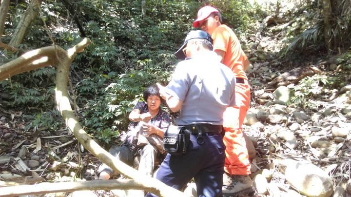 救難人員今天中午在一處陡峭的山溝,找到失蹤的李姓阿嬤(左一),對於她靠著一瓶礦泉水和糖果撐過大雨和夜間低溫,救難人員也覺得很幸運。圖/南投縣救難協會提供