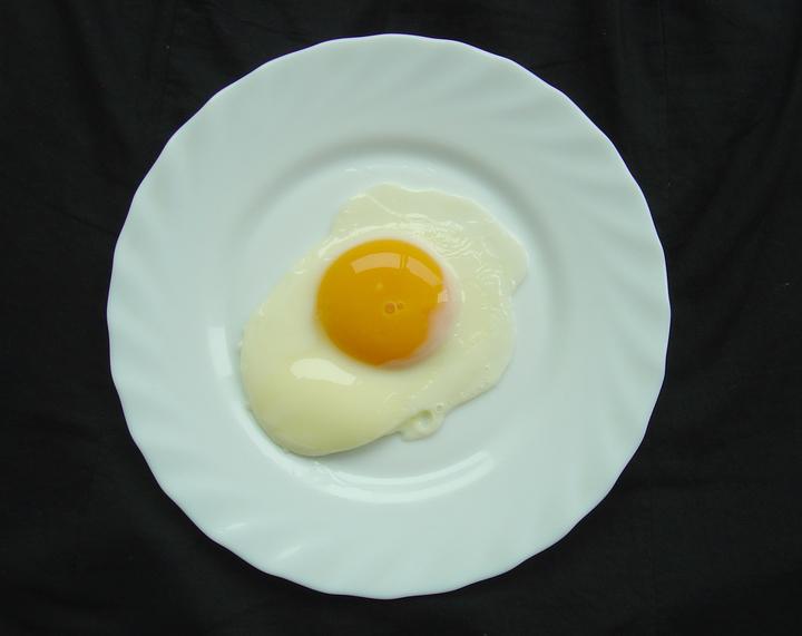 食藥署指出,最近在一批雞蛋中疑似檢出戴奧辛。圖為荷包蛋,與戴奧辛無關。  圖/本報資料照片