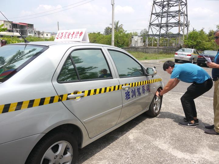 小型車考照將增加道路考試評分,考生出發前要先檢查車胎與車底有無異物。記者徐白櫻/攝影