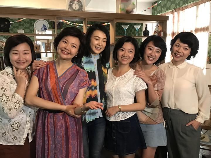 演「黑美人」的女主角曾珮瑜(中),今天一改戲裡強悍又大喇喇作風,悄悄的回女工宿舍探班,把姐妹們弄哭了。記者吳淑君/攝影