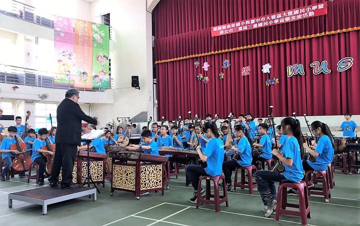 嘉義縣南新國小、台中大雅國小、新北三重國小國樂團,今天舉辦300人大合奏。記者卜敏正/攝影