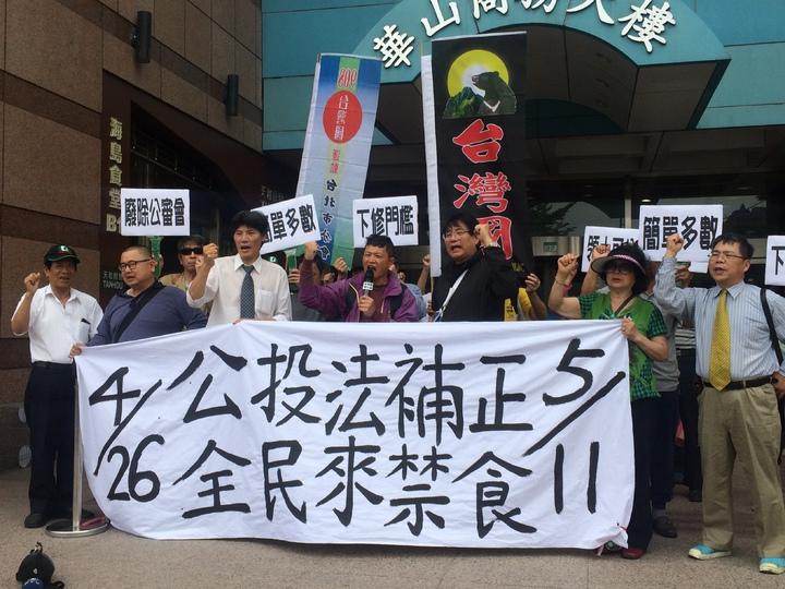 「台灣國辦公室」成員及名嘴楊憲宏到民進黨中央黨部聲援林義雄即將展開的禁食行動,呼籲立法院盡快通過公投法補正。記者丘采薇/攝影