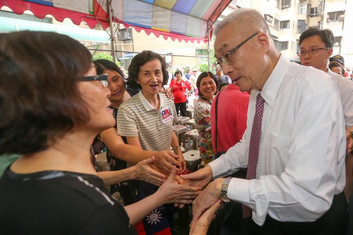 國民黨主席候選人吳敦義(右)前往台中莒光新城眷村參訪,受到支持者熱烈歡迎。記者黃仲裕/攝影