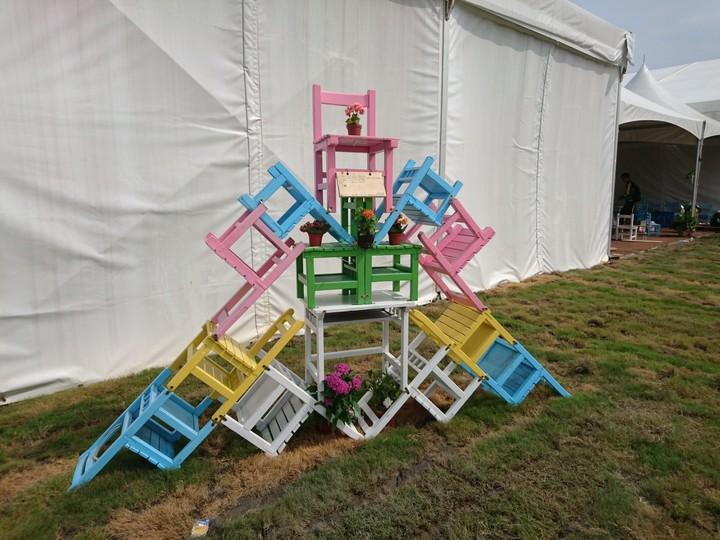 至善高中農銷科用桌椅疊出農博意象。記者張雅婷/攝影