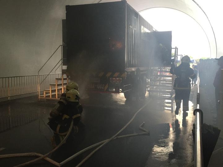 消防署訓練中心今天下午啟用隧道和移動式模擬火點設施,可提升國內長隧道及大客車火燒車救災能力。記者江良誠/攝影