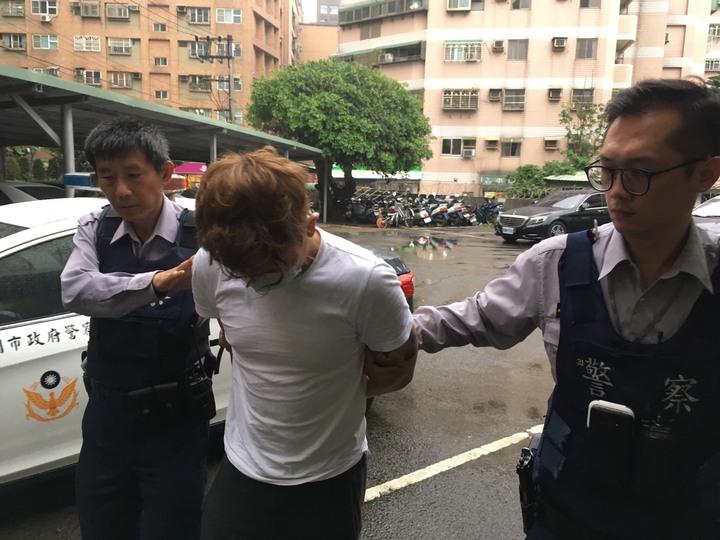 因車輛並排違規,員警盤查制伏通緝犯游姓男子,起出一把改造空氣槍。記者呂筱蟬/攝影