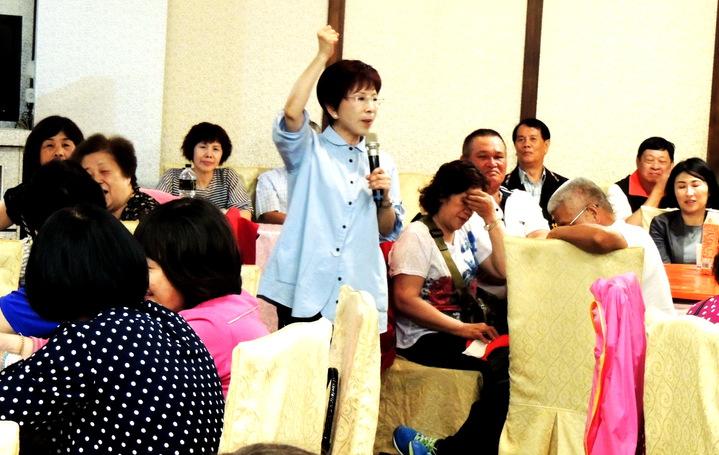 國民黨主席洪秀柱今天下午為主席選舉到台東拉票,她說:「 拒馬有多高,我們的民怨就有多高,蛇籠上的刀片有多鋒利,我們反抗妳(蔡英文)暴力的能力就更有力」。記者羅紹平/攝影
