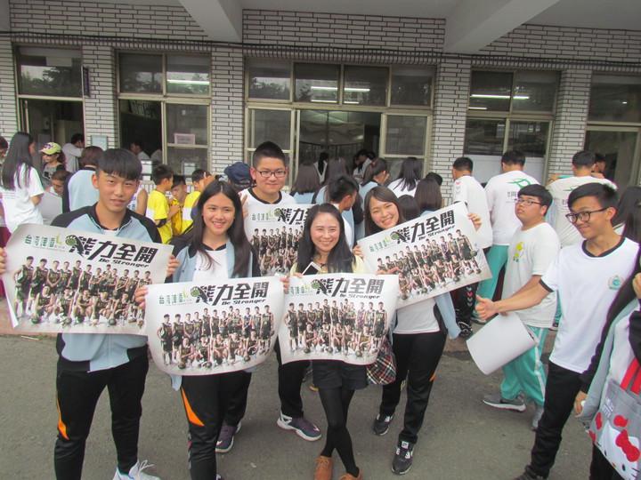 同德家商學生拿到球員簽名的海報,大家興奮地合照。記者張家樂/攝影