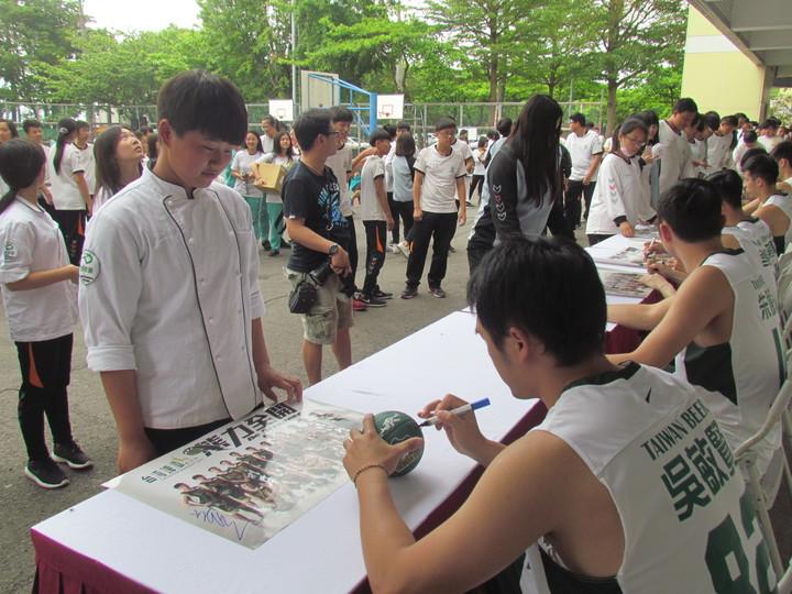 「拜託在我的球上面簽名!」同德家商學生拿出海報、衣服或筆記本,給台啤職籃的球員簽名。記者張家樂/攝影